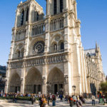 Die lange Schlange vor der Kathedrale Notre-Dame de Paris