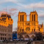 Die Kathedrale Notre-Dame de Paris im warmen Licht der untergehenden Sonne