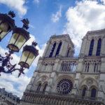 Schöne Laternen vor der Kathedrale Notre-Dame de Paris