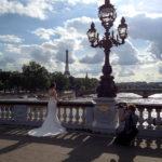 Eine Braut während eines Hochzeitsshootings auf der Brücke Pont Alexandre III.