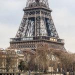 Der Eiffelturm vom gegenüber liegenden Ufer der Seine aus betrachtet