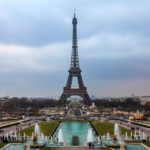 Der Eiffelturm von den Gärten Jardins du Trocadéro aus gesehen