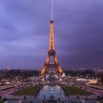 Der beleuchtete Eiffelturm von den Gärten Jardins du Trocadéro aus gesehen