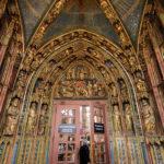 Das vergoldete Portal am Eingang der Frauenkirche