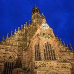 Die Fassade der Frauenkirche während der blauen Stunde