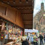 Der Hauptmarkt mit der Frauenkirche und den Ständen des Ostermarkts