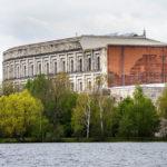 Blick über den Dutzendteich auf die Kongresshalle auf dem Reichsparteitagsgelände