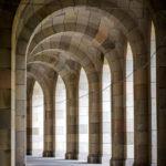 Der Säulengang rund um die Kongresshalle auf dem Reichsparteitagsgelände