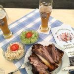 Schweinshaxe und Weißbier im Festzelt von Hax'n Liebermann auf dem Nürnberger Volksfest