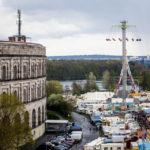 Blick vom Riesenrad auf die Kongresshalle und das Festgelände des Nürnberger Volksfest