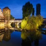 Der Weinstadel mit Henkerhaus und Henkersteg während der blauen Stunde