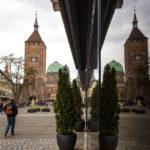 Der Weiße Turm spiegelt sich in einem Schaufenster