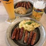 Rostbratwürste und Bier im Gasthaus Zum Gulden Stern