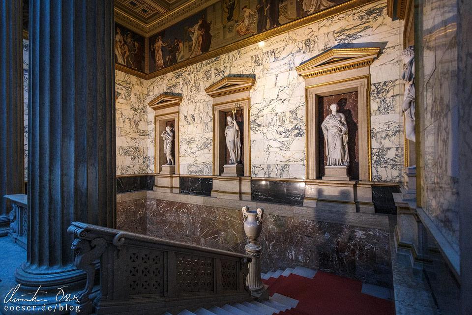 Prachtvolles Treppenhaus im Wiener Parlament