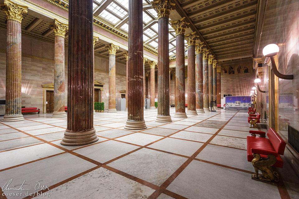 Säulenhalle im Wiener Parlament