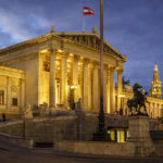 Beleuchtetes Parlament in Wien
