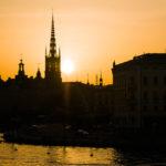 Die Silhouette der Kirche Riddarholmskyrkan während eines Sonnenuntergangs