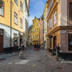 Die engen Gassen und pastellfarbigen Häuser in der Altstadt Gamla Stan