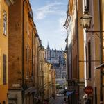 Blick durch die engen Gassen der Altstadt Gamla Stan in Richtung des Stadtteils Södermalm