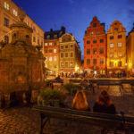 Der beleuchtete Platz Stortorget und der Stortorgsbrunnen in der Altstadt Gamla Stan