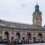 Hunderte Menschen beobachten die Wachablöse im Königlichen Schloss von Stockholm