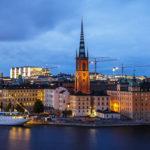 Die Stockholmer Altstadt Gamla Stan während der blauen Stunde, gesehen vom Aussichtspunkt Monteliusvägen