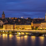Stockholm während der blauen Stunde, gesehen vom Aussichtspunkt Monteliusvägen