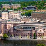 Blick vom Turm des Stockholmer Rathauses auf den Reichstag in der Altstadt Gamla Stan