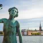 Die Skulptur Sången steht hinter dem Rathaus, dahinter der Blick auf die Altstadt Gamla Stan