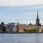 Blick vom Ufer hinter dem Rathaus auf die Altstadt Gamla Stan