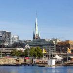 Blick vom Ufer hinter dem Rathaus auf die Innenstadt Stockholms