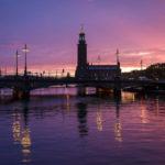 Regen und die untergehende Sonne in der Ferne tauchen Stockholm in ein magisches Licht