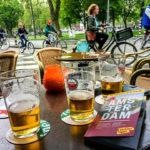 Von einem der zahlreichen Cafés aus kann man bei einem Bier gut das Treiben rundherum beobachten – fast wie in Paris
