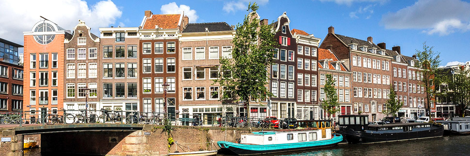 Häuserzeile entlang der Grachten in Amsterdam