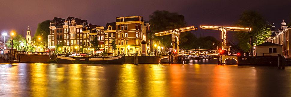 Beleuchtete Walter-Süskindbrug in Amsterdam