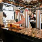 In der Brauerei Brouwerij 't IJ (Funenkade 7) wird frisch gezapftes Bier ausgeschenkt