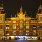 Besuchern bietet der Hauptbahnhof Amsterdam Centraal einen prachtvollen Empfang