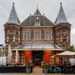 Auf dem Platz Nieuwmarkt steht mit De Waag (Die Waage) ein sehr altes und gut erhaltenes Bauwerk