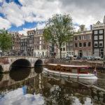 Die wunderschönen Häuser entlang der Amsterdamer Grachten