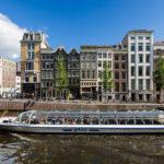 Diese Boote findet man in Amsterdam an vielen Anlegestellen, mit ihnen kann man eine Grachtenrundfahrt machen