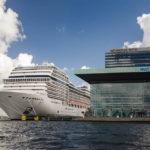 Neben dem Konzerthaus Muziekgebouw aan 't IJ können riesige Kreuzfahrtschiffe anlegen