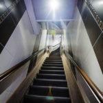 Die enge Treppe zur Rezeption im Hotel Clemens Amsterdam