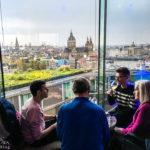 Die Dachterrasse im Hotel DoubleTree by Hilton Amsterdam Centraal Station bietet super Ausblicke