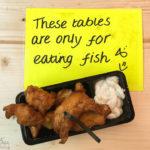 Leckeres Kibbeling – frittierte Fischstücke mit Sauce und Brötchen