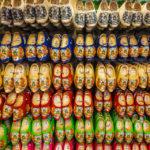 In Souvenirläden kann man die typischen niederländischen Klompen-Holzschuhe erstehen