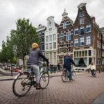 Auf der Straße ist für Fußgänger höchste Vorsicht vor Radfahrern geboten!