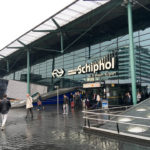Außerhalb der Ankunftshalle des Flughafens Amsterdam Schiphol