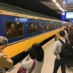 Bahnhof unterhalb der Ankunftshalle des Flughafens Amsterdam Schiphol