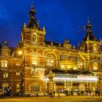 Abends ist die Stadsschouwburg Amsterdam (Stadttheater) sehenswert beleuchtet