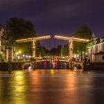 Abends erstrahlt die Walter Süskindbrug durch über 1.000 Glühbirnen